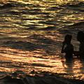 夕時のビーチで