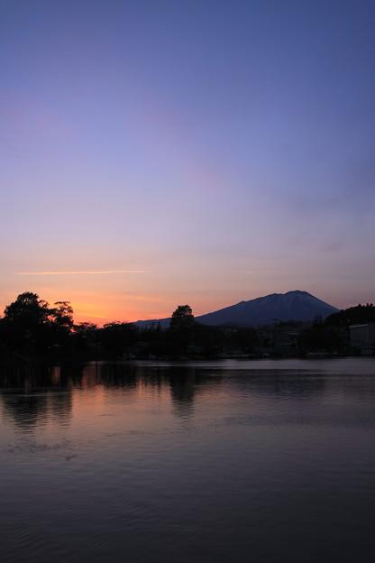 高松池と岩手山の夕景