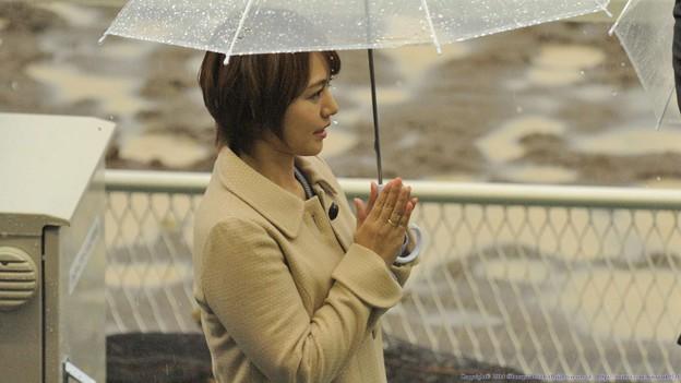 [140305川崎11Rエンプレス杯]雨の中懸命に勝者を称える磯山さん。 #磯山さやか