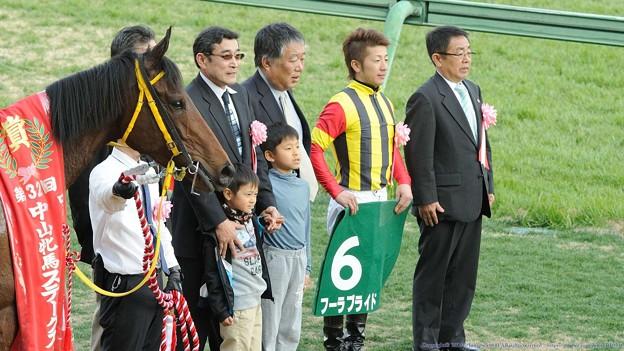 [140316中山11R中山牝馬S]表彰式。生産者さんのお孫さんもブライドもおとなしくポーズ