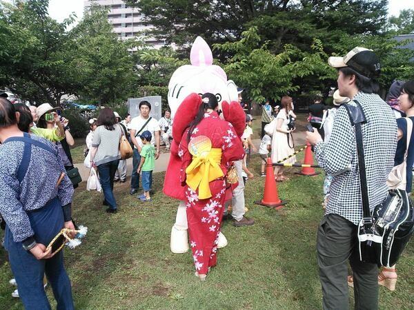 イチャイチャしている・・寺嶋由芙ちゃんとまんべくん (ちょうせい豆乳くん談)