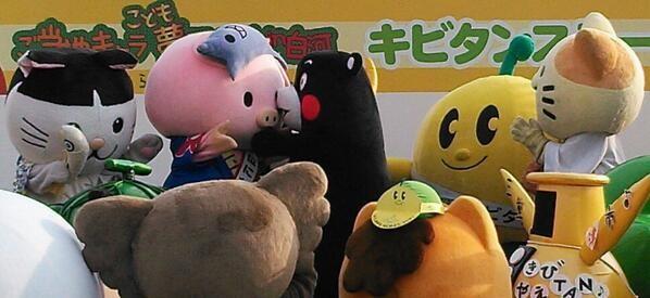 くまモンとあゆコロちゃんの・・・を見つめる・・みっけとキビタンとエコアラ☆ニャジロウは・・目を逸らしている!?