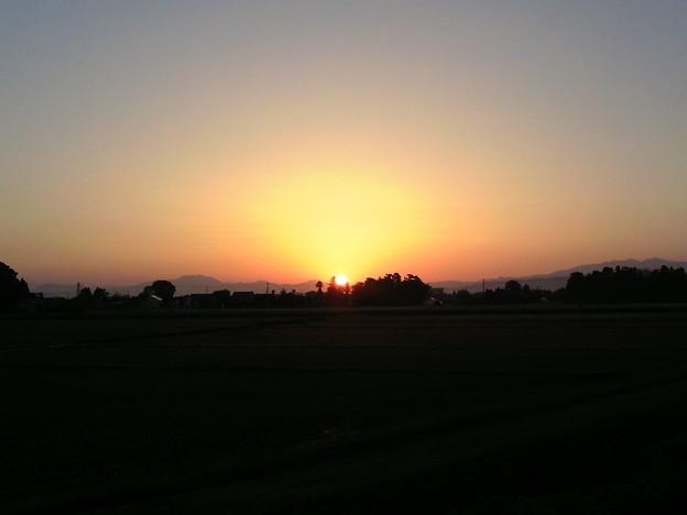 日の出(粟ヶ岳と守門岳の間より)