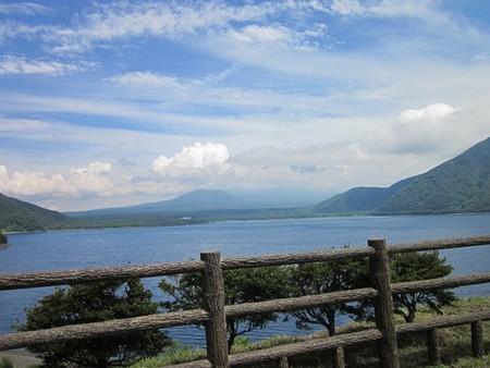 本栖湖と見えない富士方面