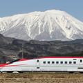 写真: 岩手山と秋田新幹線