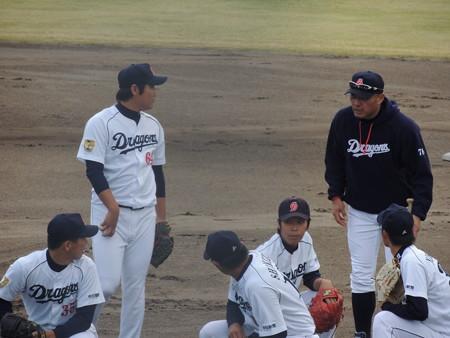 002 ピッチャー陣は近藤コーチから指示を受けてます