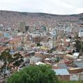 写真: すり鉢状の街並み