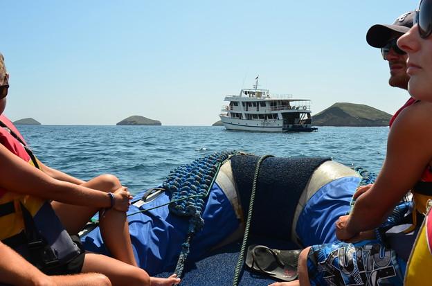 Photos: クルーザー。上陸のときは手前のゴムボートを使います