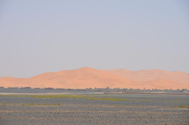 砂丘砂漠はメルズーカの街の近くまで迫ってます