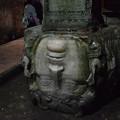 写真: 地下宮殿のメドューサ、柱の彫刻