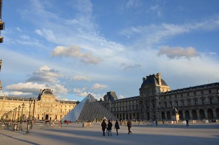 ルーブル美術館。透明なピラミッドが印象的