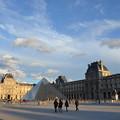 写真: ルーブル美術館。透明なピラミッドが印象的