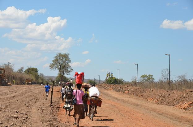 ザンビアとの国境の橋に向かう道