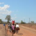 写真: ザンビアとの国境の橋に向かう道