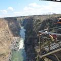 写真: 国境の橋ではバンジージャンプもできます