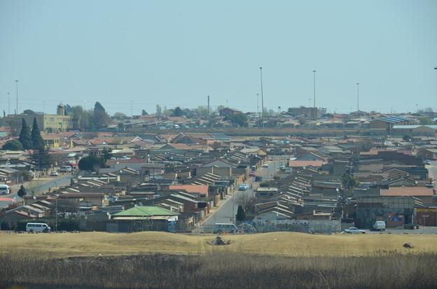写真: ソウェト。画一的な家は政府によるもの