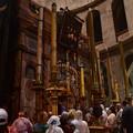 写真: 聖墳墓教会のイエスの墓。参拝客が行列をなす