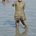 写真: 死海で泥パック。塩分30%でものすごいしみました