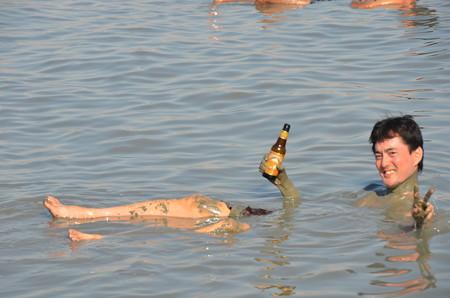 死海でビール飲みながら浮かぶ編。塩分30%なので自然に浮きます