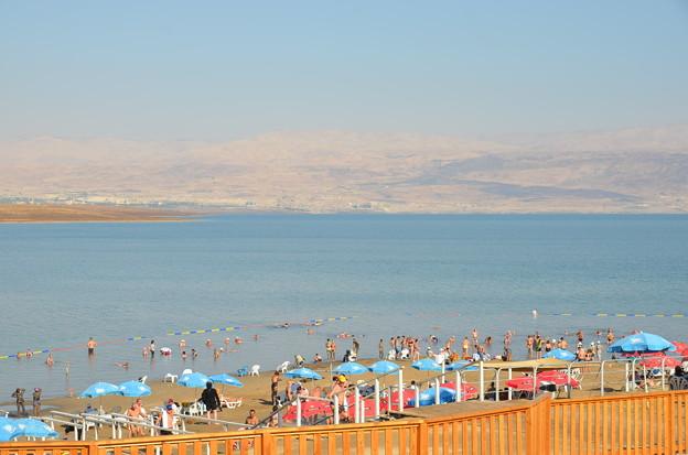 写真: 死海のビーチ。向こう岸はヨルダン側