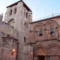写真: 聖墳墓教会。イエスが磔にされたゴルゴダの丘とされる場所に建つキリスト教の聖地