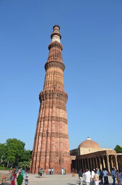 写真: クトゥブ・ミナール。右側はインド最古のモスク