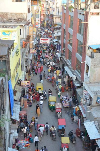 写真: パハール・ガンジ。朝から深夜まで賑わう