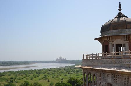 アーグラー城からタージマハル。右側が幽閉されていた搭