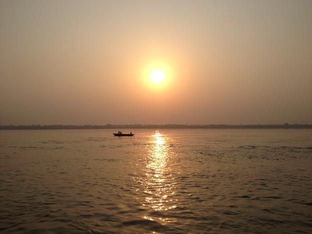 写真: ガンガーの日の出。非常に幻想的