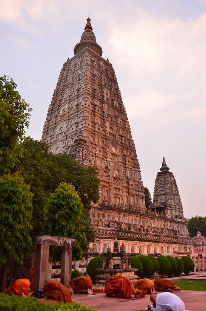 マハーボディー寺院で念仏を唱えるひとびと