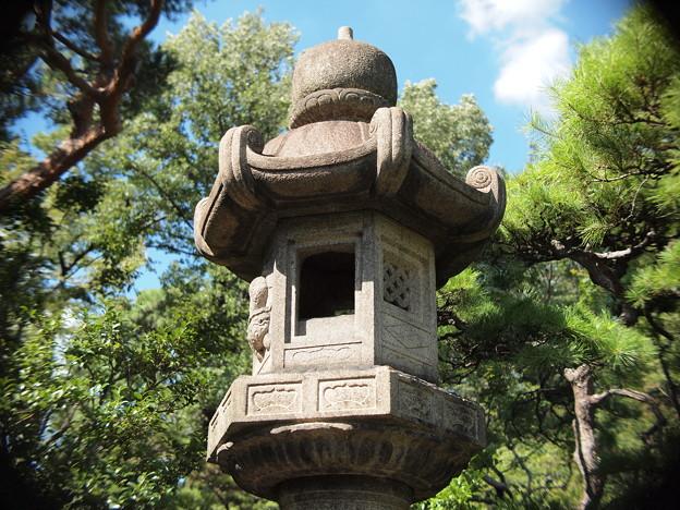 旧古河庭園内の大きな灯篭?by Macro Switar 26mm F1.1