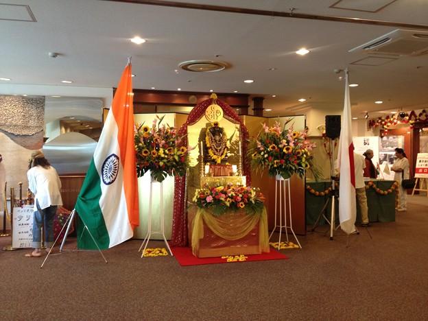 インドフェア_02:両国国旗とガネーシャ像