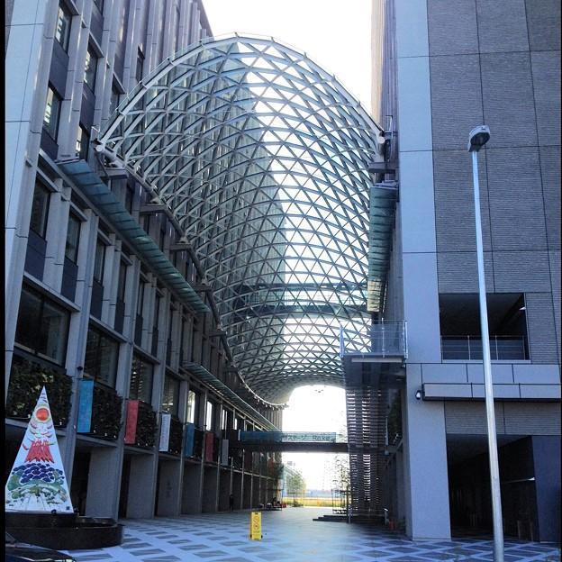 写真: 愛知大学 新名古屋キャンパス:校舎間にあるガラス屋根 - 15