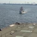 ポートビル前の人口島に着岸しようとしている名古屋港遊覧船 - 2