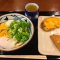 丸亀製麺:とろ玉うどん(冷・並)とサツマイモの天ぷら、稲荷寿司 - 1