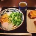 丸亀製麺:とろ玉うどん(冷・並)とサツマイモの天ぷら、稲荷寿司 - 2