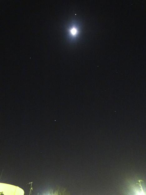 月の周りで輝く星々 - 1