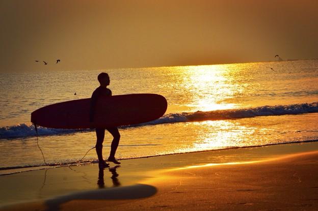 アップするサーファー@湘南・鵠沼海岸 #湘南 #藤沢 #海 #波 surfing #wave #mysky #夕焼け