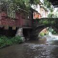 写真: 水路に架かる古橋