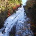 写真: 岩壁を流れ落ちる湖水