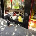 Photos: 店先でおばあちゃんと孫と思われる子供