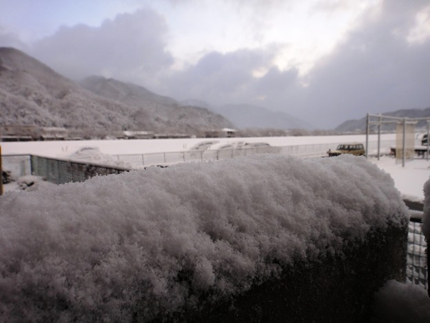 策の上の雪と遠く