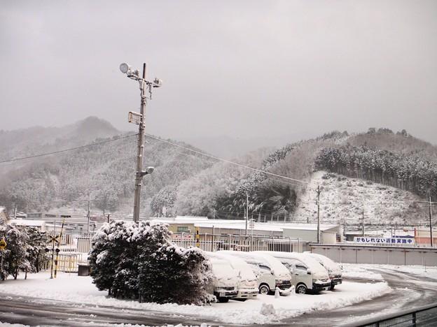 電灯と雪と山