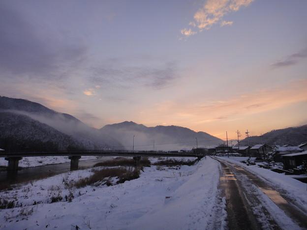 朝焼けの空と山