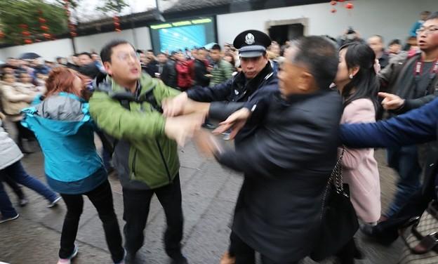 紹興 魯迅故宮で旅行客の喧嘩 (6)