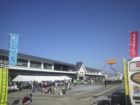 快晴の会津若松。駅前では鉄道の日記念イベントの開催準備が進んでい...
