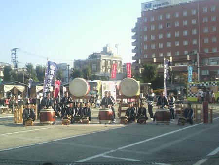 会津若松駅前では、鉄道の日記念イベントの一貫で会津鶴ヶ城太鼓が演...