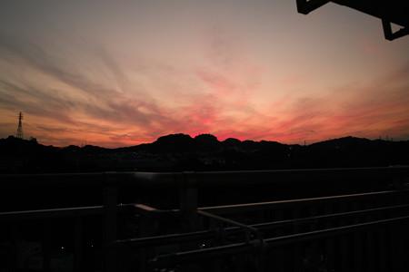 放射状に広がる雲の夕焼け