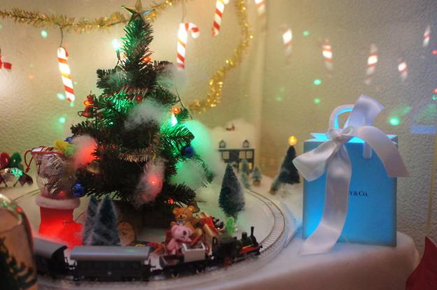 Photos: プレゼントの横を通過@2012クリスマス