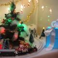 写真: プレゼントの横を通過@2012クリスマス